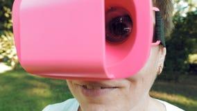 Reusachtig verschrikkelijk en pretoog door VR-glazenlens royalty-vrije stock afbeelding