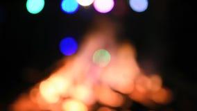 Reusachtig vuur en een partij rond het (geen geluid die) - defocusing stock footage
