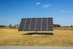 Reusachtig zonnepaneel op blauwe hemelachtergrond Nieuwe technologieconcept royalty-vrije stock afbeelding