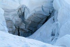 Reusachtige barst in het ijs van de berggletsjer stock afbeelding