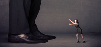Reusachtige benen met kleine onderneemster die zich vooraan concept bevinden Stock Afbeelding