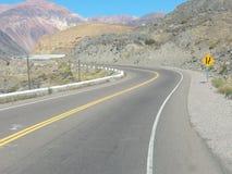 Reusachtige berg aan het eind van een weg Stock Foto's
