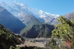 Reusachtige bergvallei in Nepal Himalayagebergte royalty-vrije stock fotografie