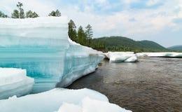 Reusachtige blokken van turkoois gelaagd ijs op de rivier royalty-vrije stock fotografie