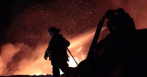 Reusachtige brand die in de commerciële bouw opvlammen stock videobeelden