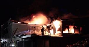 Reusachtige brand die in de commerciële bouw opvlammen stock video