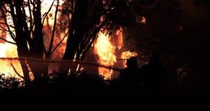 Reusachtige brand die in woningbouw opvlammen stock videobeelden