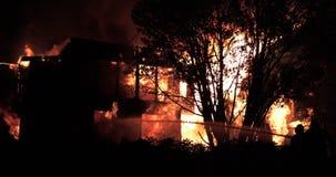 Reusachtige brand die in woningbouw opvlammen stock video