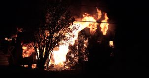 Reusachtige brand die in woningbouw opvlammen stock footage