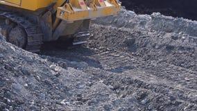 Reusachtige bulldozer op een stoffige kleiweg stock video