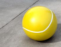 Reusachtige Concrete Tennisbal stock afbeelding