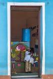 Reusachtige deur van een bar in Trinidad Stock Foto's