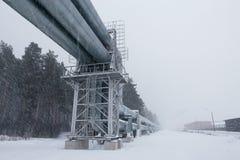 Reusachtige die aardgasleiding langs sneeuwstraat in Riga, Letland wordt gelegd royalty-vrije stock afbeeldingen