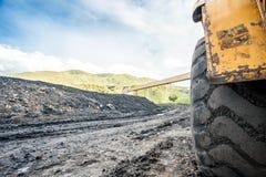 Reusachtige die machines aan steenkooluitgraving worden gebruikt Stock Foto