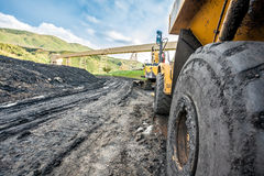 Reusachtige die machines aan steenkooluitgraving worden gebruikt Stock Foto's