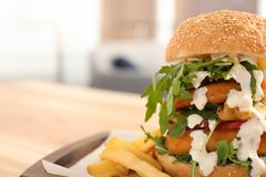 Reusachtige die yummy hamburger op lijst in koffie wordt gediend royalty-vrije stock foto's