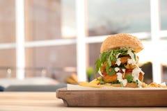 Reusachtige die yummy hamburger op lijst in koffie wordt gediend royalty-vrije stock fotografie