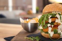 Reusachtige die yummy hamburger op lijst in koffie wordt gediend royalty-vrije stock afbeeldingen