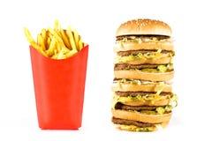 Reusachtige drievoudige cheeseburger en frieten Stock Foto's