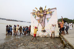 Reusachtige Durga Immersion Stock Foto's