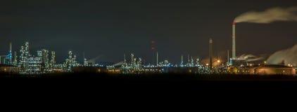 Reusachtige elektrische centrale met vele lichten bij nacht stock fotografie