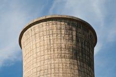 Reusachtige elektrische centraletoren tegen de blauwe hemel Stock Fotografie