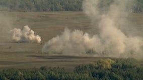 Reusachtige explosie op het slagveld stock videobeelden