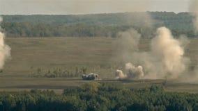 Reusachtige explosie op het slagveld stock footage
