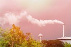 Reusachtige fabrieksschoorsteen die de lucht, Lange schoorsteen verontreinigen die waterdamp en rookverontreiniging uitzenden Royalty-vrije Stock Foto's