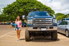 Reusachtige Ford-monstervrachtwagen in vergelijking met een jonge dame royalty-vrije stock fotografie
