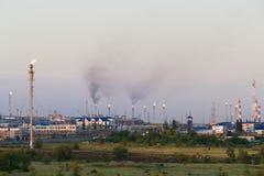 Reusachtige gas en olieverwerkingsinstallatie met het branden van toortsen, pijpen en distillatie van het complex Stock Foto's