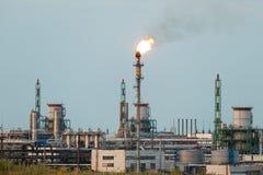 Reusachtige gas en olieverwerkingsinstallatie met het branden van toortsen, pijpen en distillatie van het complex royalty-vrije stock afbeelding