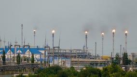 Reusachtige gas en olieverwerkingsinstallatie met het branden van toortsen, pijpen en distillatie van het complex stock footage
