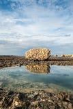 Reusachtige, geërodeerde steen op de rotsachtige eilandkust Royalty-vrije Stock Foto's