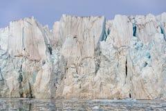 Reusachtige gletsjer in Svalbard dichte omhooggaand royalty-vrije stock afbeeldingen