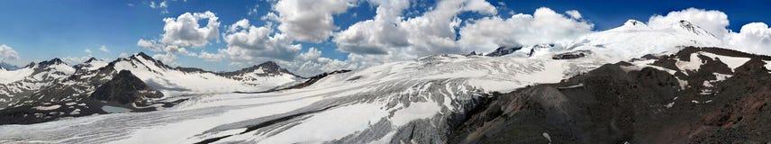 Reusachtige gletsjer van Elbrus-berg dicht bij piek Groot panorama van royalty-vrije stock afbeelding