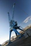 Reusachtige havenkraan met blauwe hemel stock fotografie