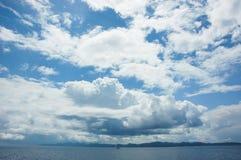 Reusachtige hemel boven fonkelende Adriatische Overzees in Kroatië Stock Foto's