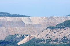Reusachtige heuveltjes die door de overbelasting worden gevormd die uit mijnen wordt verwijderd Stock Afbeeldingen