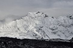 Reusachtige Himalayan-berg Baruntse met gletsjers in Nepal royalty-vrije stock foto's