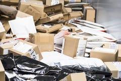 Reusachtige hoeveelheid pakketten op transportband stock foto's
