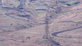 Reusachtige hoogspanningspolen met vele draden stock videobeelden