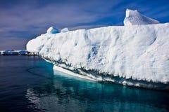 Reusachtige ijsberg in Antarctica royalty-vrije stock foto