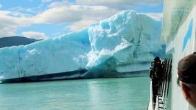 Reusachtige Ijsberg in het Meer stock video