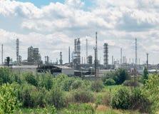 Reusachtige industriële fabriek op de achtergrond van maagdelijke aard Royalty-vrije Stock Fotografie