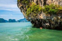 Reusachtige kalksteenklip in de baai van Phang Nga, Thailand Royalty-vrije Stock Foto's