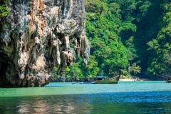 Reusachtige kalksteenklip in de baai van Phang Nga, Thailand Stock Foto's