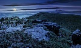 Reusachtige keien op de rand van helling bij middernacht Stock Afbeeldingen