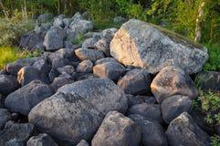 Reusachtige keien op een zuiden Karelisch eiland Stock Afbeelding
