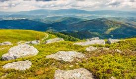 Reusachtige keien in vallei bovenop bergrand Royalty-vrije Stock Afbeeldingen